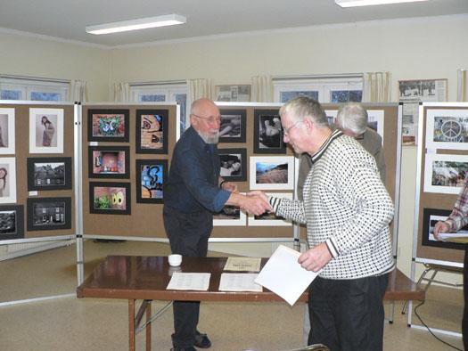 Börje Norfelt får sitt diplom av juryman Sune Herbertsson