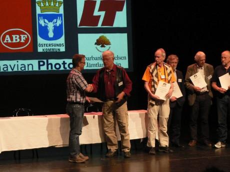 Tommy får diplom och plakett av Bo Cederwall. Foto Hans Strömberg