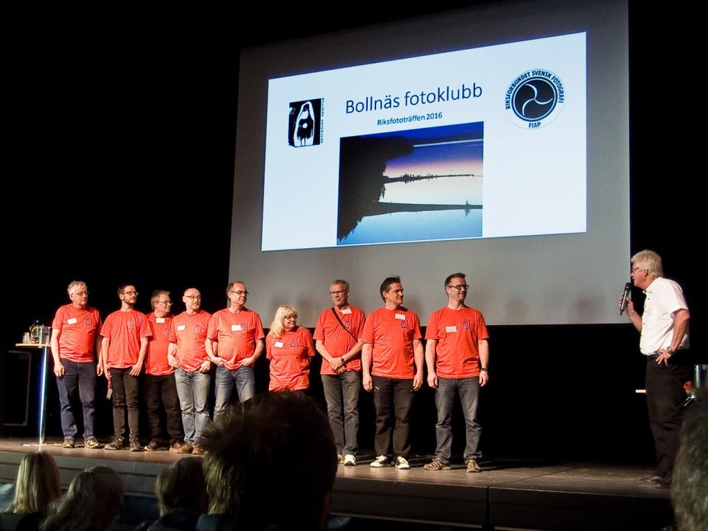 Fotoklubbens medlemmar tackas av RSF´s ordförande Nils-Erik Jerlemar. Foto: Sten Nolin